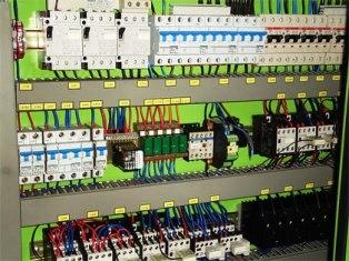 Провода и электрические аппараты в шкафу управления