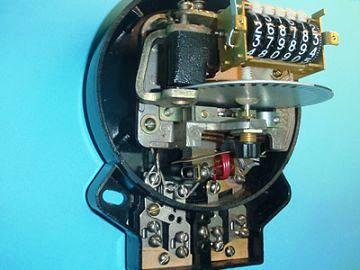 Рис. 2. Устройство индукционного электросчетчика.  В настоящее время все более... принцип действия которых аналогичен...