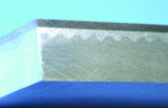 Волнообразный характер соединения двух металлов хорошо виден на этой фотографии