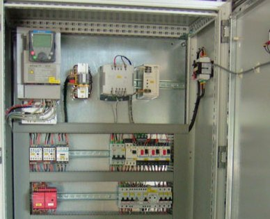 Монтаж проводов вна панели электрического шкафа управления станка