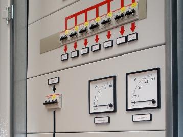 Панель с аналоговыми щитовыми амперметром и вольтметром