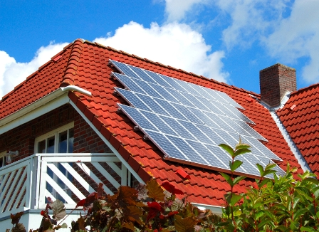 солнечные панели на крыше дома