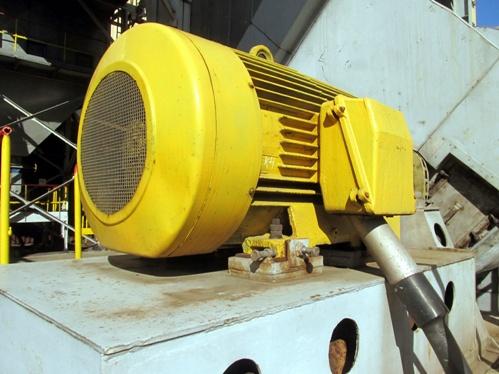 Электричсекий двигатель на станке в цеху