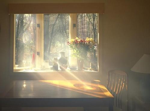 Преломление света через оконное стекло