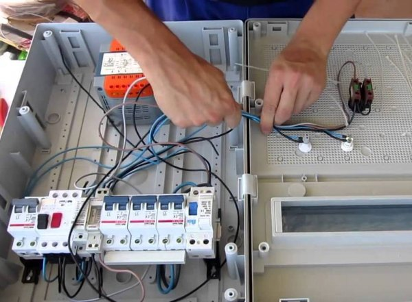 Процесс сборки электрического щита